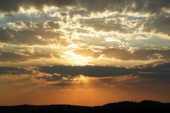 Puesta del sol de oro y nubes Fotos de archivo
