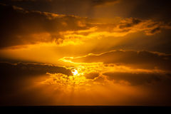 Puesta del sol de oro asombrosa Imagenes de archivo