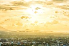 Puesta del sol de oro brillante sobre la ciudad de Hadyai, Tailandia en día nublado Foto de archivo libre de regalías