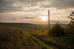 Puesta del sol de oro Campos y colinas de Moldavia La primavera o el verano soleado abajo ajardina Fotografía de archivo