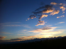 Puesta del sol de oro con el horizonte de Monviso Foto de archivo libre de regalías