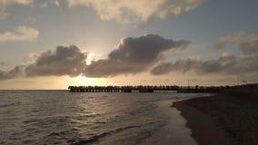 Puesta del sol de oro con reflejos de luz en la agua de mar y y el cielo esc?nico almacen de video