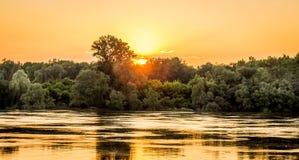Puesta del sol de oro de la hora en el río Fotos de archivo libres de regalías