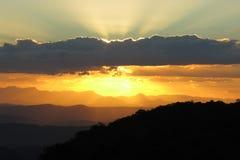 Puesta del sol de oro de la montaña Foto de archivo