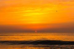 Puesta del sol de oro de la salida del sol sobre las olas oceánicas del mar Foto de archivo libre de regalías