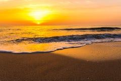 Puesta del sol de oro de la salida del sol sobre las olas oceánicas del mar Imagen de archivo