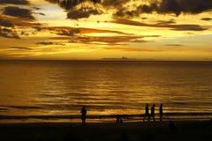 Puesta del sol de oro de Tropica   Fotos de archivo libres de regalías