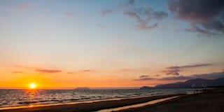 Puesta del sol de oro en costa italiana foto de archivo
