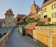 Puesta del sol de oro en edificios medievales en el camino romántico, Alemania imagen de archivo libre de regalías