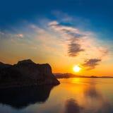 Puesta del sol de oro en el mar Imagenes de archivo
