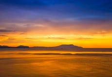 Puesta del sol de oro en el mar Fotografía de archivo libre de regalías