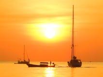 Puesta del sol de oro en el mar Fotos de archivo libres de regalías