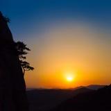 Puesta del sol de oro en el mar y el Mountain View Fotografía de archivo libre de regalías