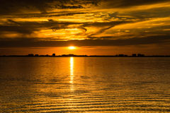 Puesta del sol de oro en el paisaje marino de la tarde del mar Fotografía de archivo