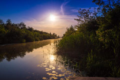 Puesta del sol de oro en el río Imágenes de archivo libres de regalías
