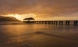 Puesta del sol de oro en Kauai imagenes de archivo