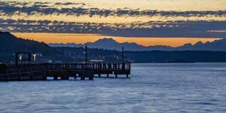 Puesta del sol de oro en la bahía de Tacoma en Washington foto de archivo