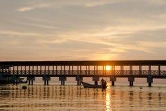 Puesta del sol de oro en la costa Fotos de archivo