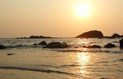 Puesta del sol de oro en la impulsión de Muzhappilangad en la playa, Kannur, Kerala, la India Fotografía de archivo