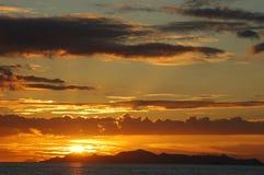 Puesta del sol de oro en la isla Fotografía de archivo