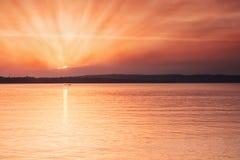 Puesta del sol de oro en la playa Imagen de archivo libre de regalías