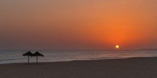 Puesta del sol de oro en la playa portugal Imagen de archivo libre de regalías