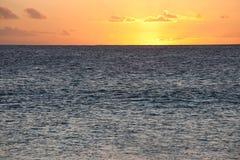 Puesta del sol de oro en Océano Atlántico Foto de archivo libre de regalías
