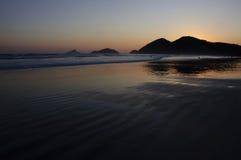 Puesta del sol de oro en una playa tropical Fotos de archivo