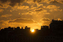 Puesta del sol de oro hermosa detrás de siluetas negras de edificios en Estambul Imagen de archivo libre de regalías
