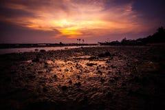 Puesta del sol de oro hermosa en el mar, Tailandia, KOH Foto de archivo libre de regalías