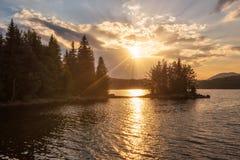 Puesta del sol de oro del lago fotos de archivo