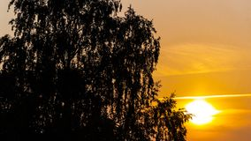 Puesta del sol de oro del otoño septiembre Puesta del sol en ciudad imágenes de archivo libres de regalías
