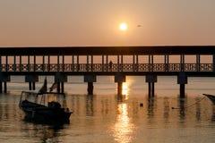 Puesta del sol de oro por el mar Foto de archivo libre de regalías