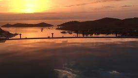Puesta del sol de oro sobre bahía almacen de video