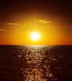 Puesta del sol de oro sobre el agua fotografía de archivo