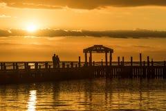 Puesta del sol de oro sobre el agua imagen de archivo libre de regalías