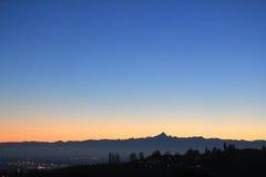 Puesta del sol de oro sobre el horizonte de la colina y de las montañas Imagen de archivo libre de regalías
