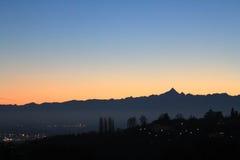 Puesta del sol de oro sobre el horizonte de la colina y de las montañas Fotos de archivo libres de regalías