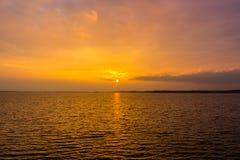 Puesta del sol de oro sobre el lago Fotografía de archivo