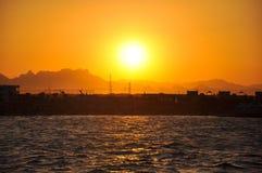 Puesta del sol de oro sobre el mar Foto de archivo libre de regalías