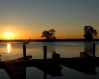 Puesta del sol de oro sobre el mar o el lago Foto de archivo libre de regalías