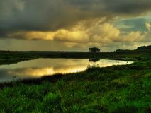 Puesta del sol de oro sobre el río foto de archivo