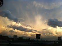 Puesta del sol de oro sobre la ciudad Imágenes de archivo libres de regalías