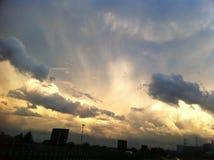 Puesta del sol de oro sobre la ciudad Imagenes de archivo