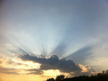 Puesta del sol de oro sobre la colina Fotografía de archivo