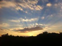Puesta del sol de oro sobre la colina Foto de archivo