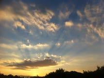 Puesta del sol de oro sobre la colina Imagen de archivo