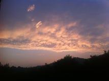 Puesta del sol de oro sobre la colina Foto de archivo libre de regalías