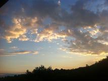 Puesta del sol de oro sobre la colina Fotografía de archivo libre de regalías