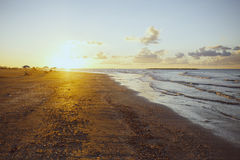 Puesta del sol de oro sobre la playa, Ras Elbar, Damietta, Egipto foto de archivo libre de regalías